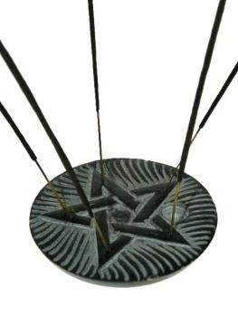 Speksteen wierookhouder met een ingegraveerd pentagram, geschikt voor wierookstokjes en kegels