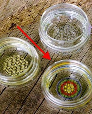 Drinkglas met op de bodem een gekleurde Flower of Life (bloem des levens)