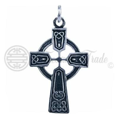 Half open mooi gedecoreerde sterling zilveren hanger in de vorm van het Keltisch kruis