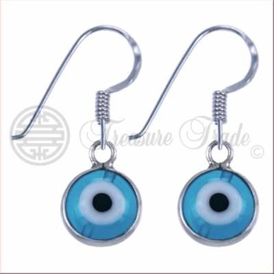 sterling zilveren hangende oorbellen in de vom van een beschermend oog